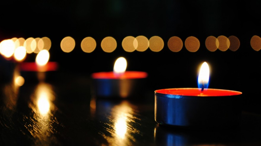 candles-light-reflection-hd-wallpaper-880x495