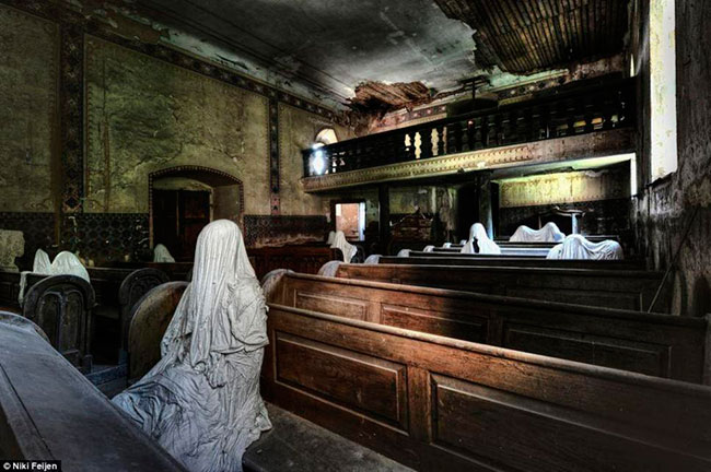 06-An-abandoned-church-with-few-lingering-parishioners-Netherlands